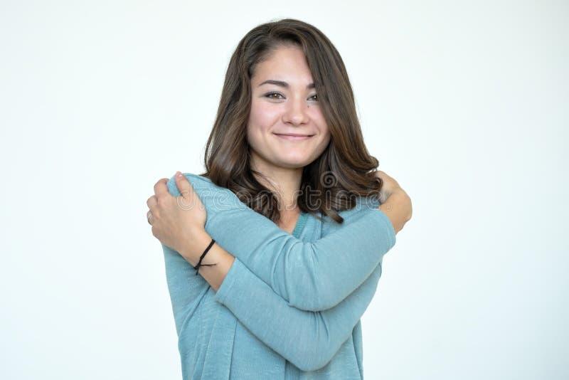 Glückliche kaukasische Frau, die mit natürlichem emotionalem genießendem Gesicht sich umarmt lizenzfreie stockfotografie