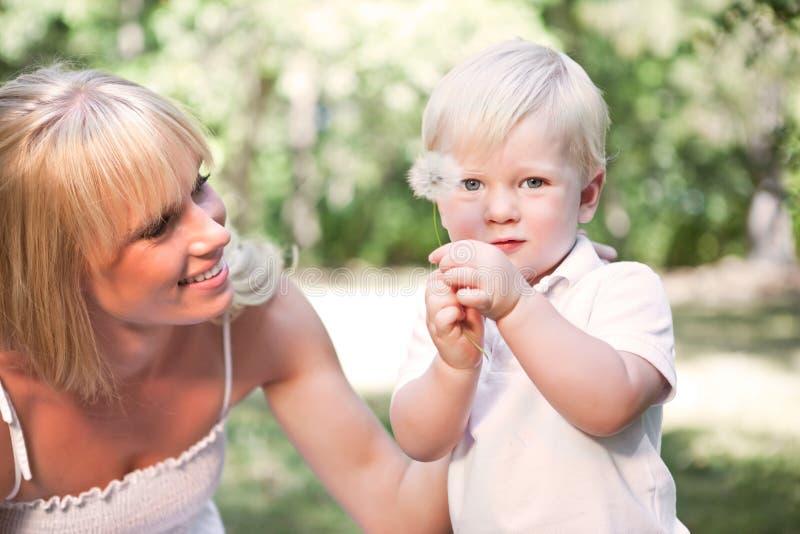 Glückliche kaukasische Mutter und Sohn stockfoto