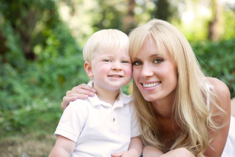 Glückliche kaukasische Mutter und Sohn stockbilder