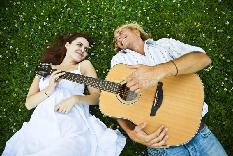 Glückliche kaukasische Paare stockfotografie