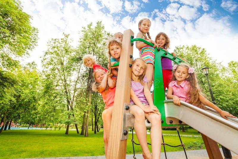 Glückliche Kinder auf Spielplatz transportieren in den Park auf einer Rutschbahn stockfotos