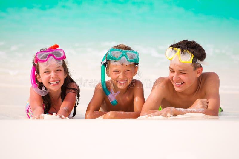 Glückliche Kinder auf Strand stockfotografie