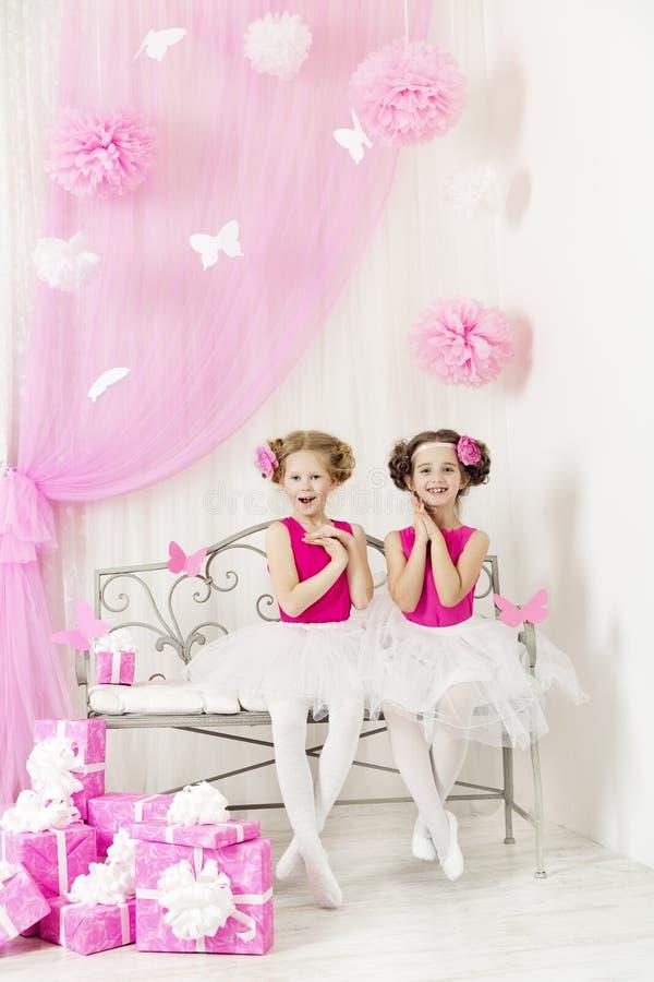 Glückliche Kinder der Geburtstagsfeier mit Geschenken Mädchenschwestern überrascht lizenzfreie stockfotos
