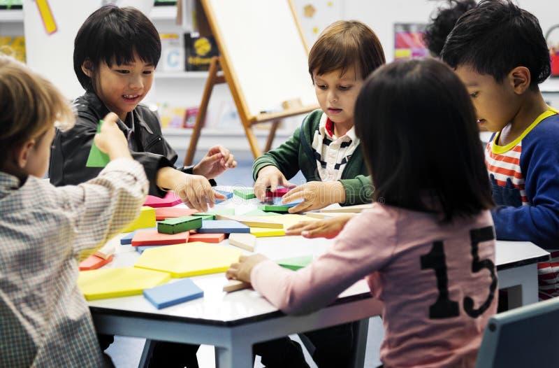 Glückliche Kinder an der Volksschule stockfoto
