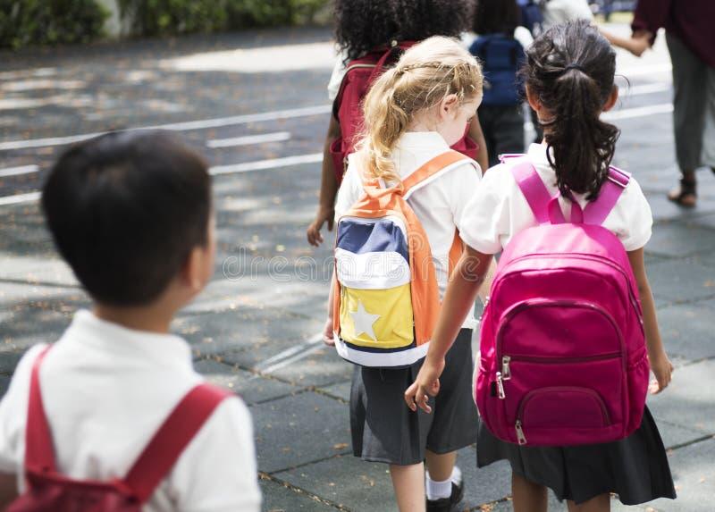 Glückliche Kinder an der Volksschule lizenzfreie stockfotografie