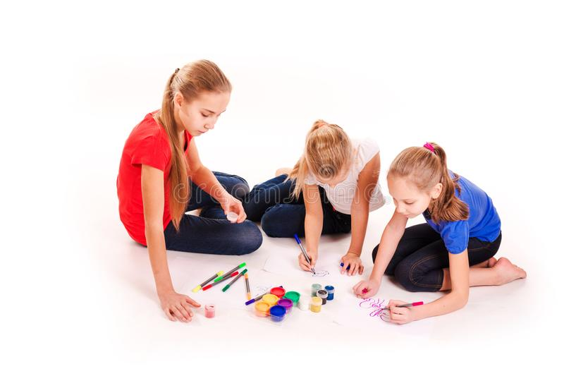 Glückliche Kinder, die auf Weiß zeichnen lizenzfreies stockbild