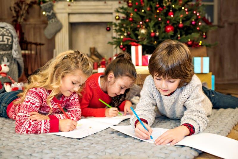 Glückliche Kinder, die Bild zeichnen lizenzfreie stockfotos
