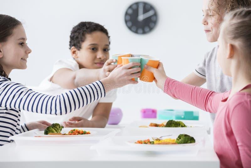 Glückliche Kinder, die einen Toast während Freund ` s Geburtstagsfeier an machen lizenzfreie stockfotos