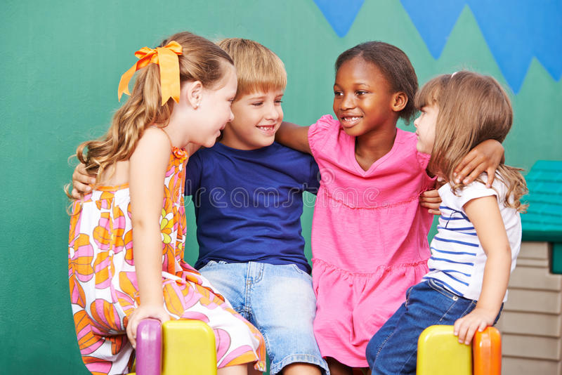 Glückliche Kinder, die im Kindergarten lachen stockfotografie