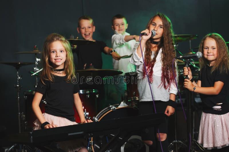 Glückliche Kinder, die Musik singen und spielen lizenzfreie stockfotografie