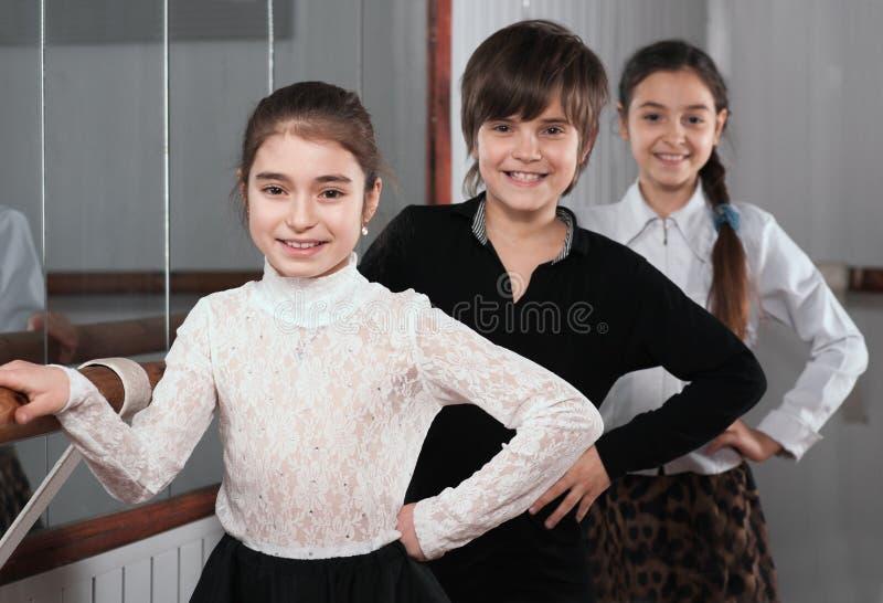 Kinder, die nahe einem Ballett Barre stehen lizenzfreies stockbild