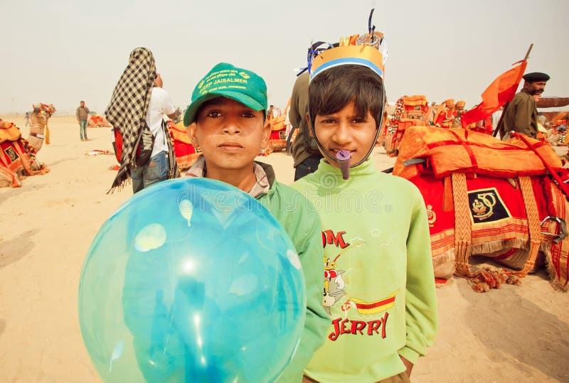 Glückliche Kinder, die Spaß auf Wüstenkarneval während des Wüsten-Festivals in Indien haben stockfotografie