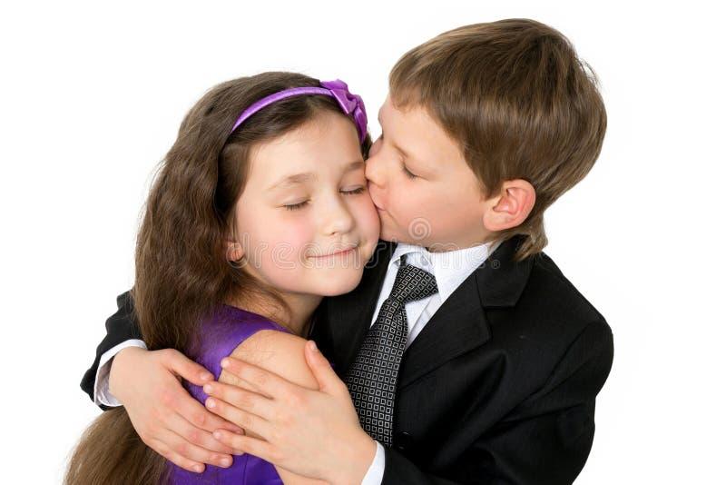 Glückliche Kinder, Die Spaß, Das Umarmen Und Das Küssen