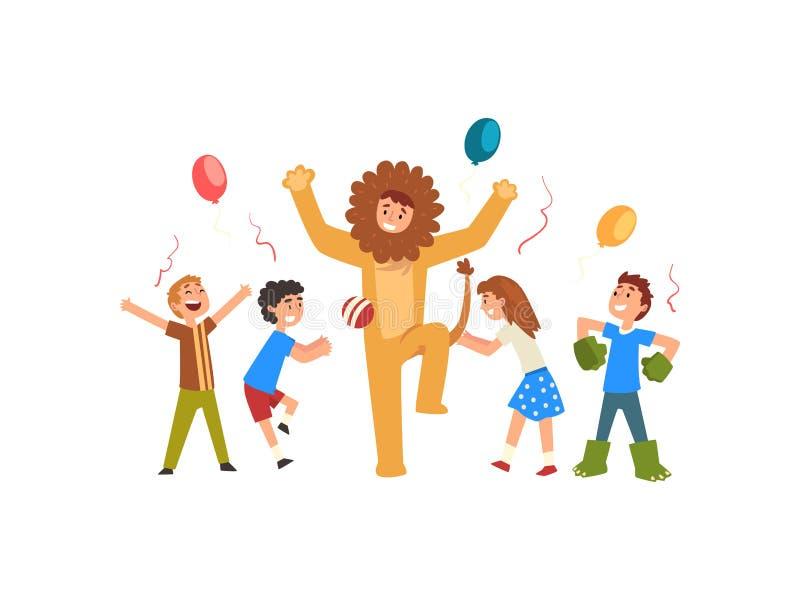 Glückliche Kinder, die Spaß mit Trickzeichner in Lion Costume an der Geburtstags-oder Karnevals-Partei, Entertainer im festlich lizenzfreie abbildung