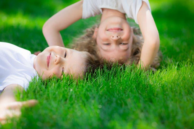 Glückliche Kinder, die umgedreht stehen stockfotografie