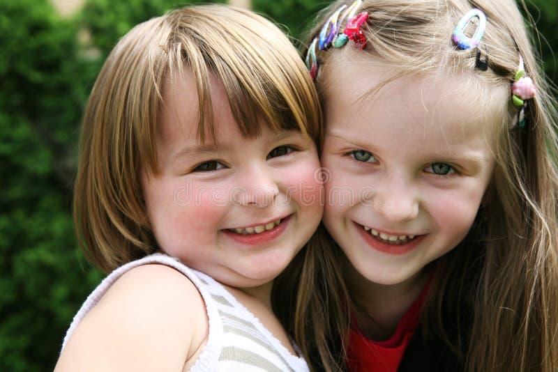 Glückliche Kinder, die zusammen im Freien spielen. lizenzfreies stockbild