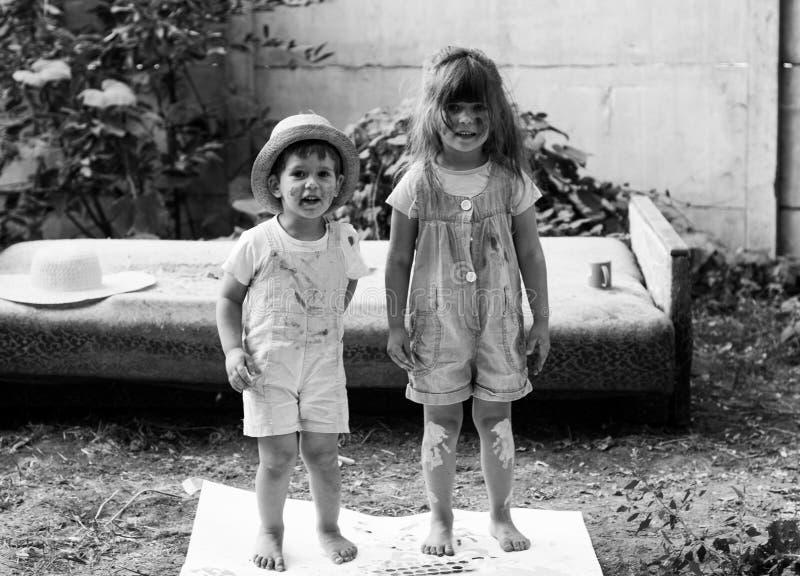 Glückliche Kinder, die zusammen Künste und Handwerk tun Porträt des entzückenden kleinen Mädchens und des Jungen, die glücklich b lizenzfreies stockfoto