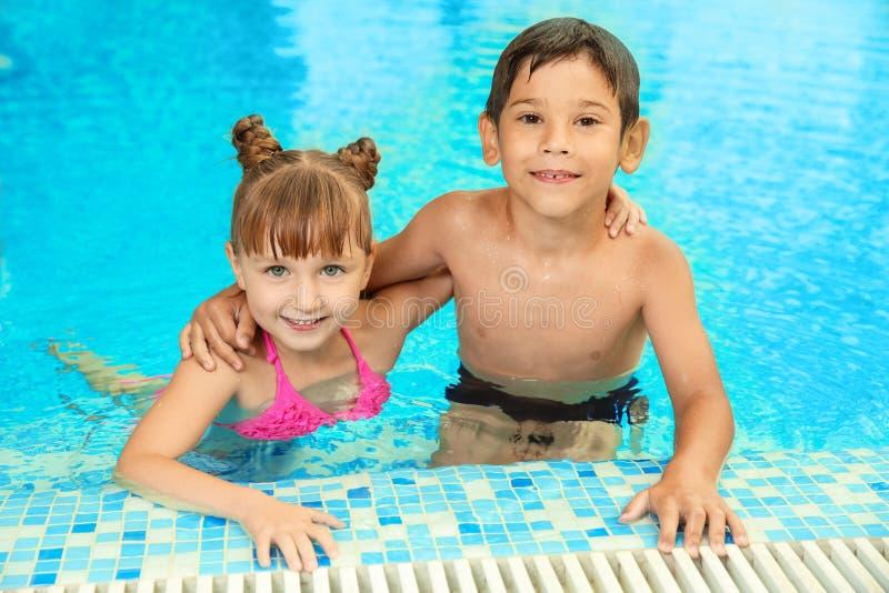 Glückliche Kinder, die zusammen stillstehen stockbilder
