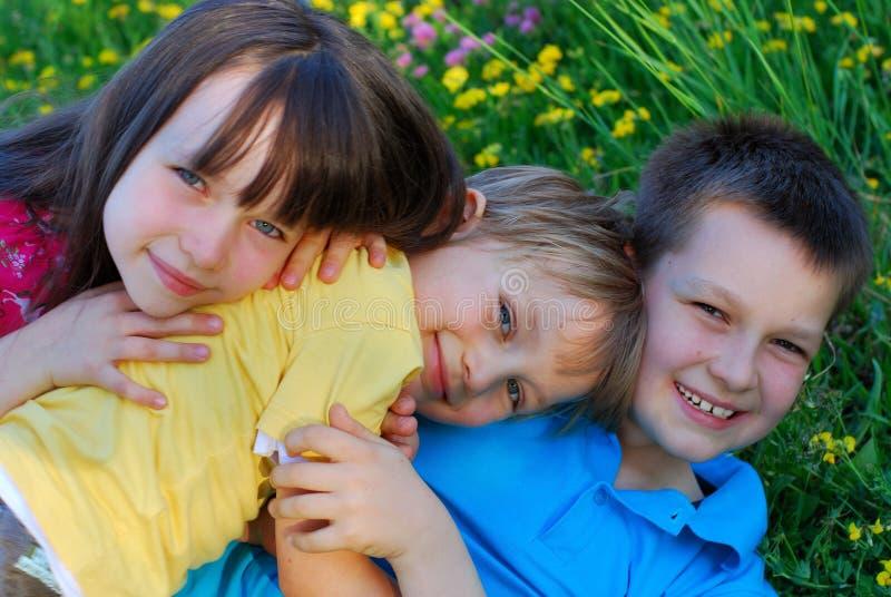Glückliche Kinder draußen lizenzfreies stockfoto