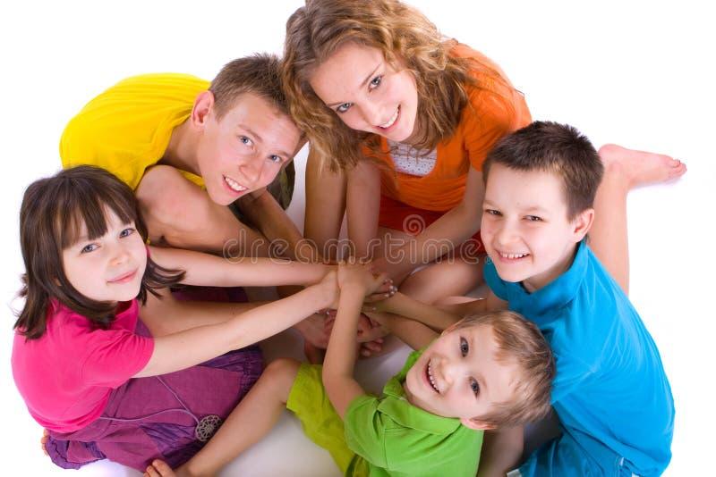 Glückliche Kinder in einem Kreis lizenzfreies stockfoto