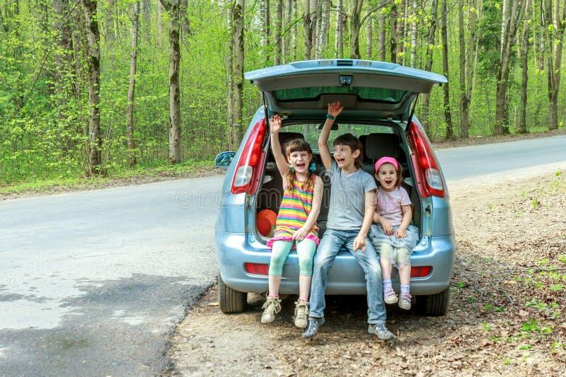 glückliche Kinder im Auto, Familienreise, Sommerurlaubsreise stockbilder