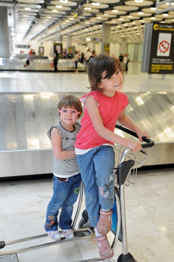 Glückliche Kinder im Flughafen lizenzfreies stockbild