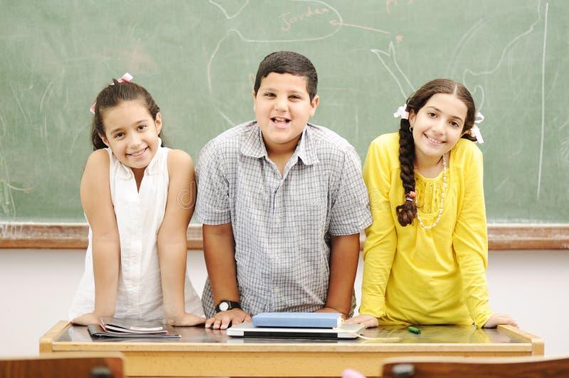 Glückliche Kinder im Klassenzimmer stockfotos