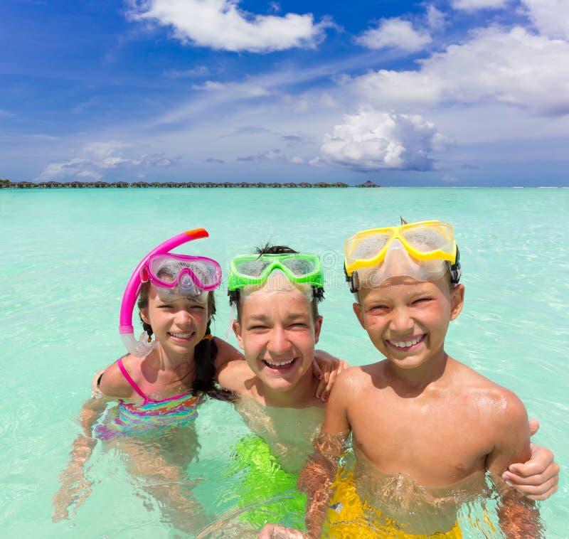 Glückliche Kinder im Meer lizenzfreie stockfotografie