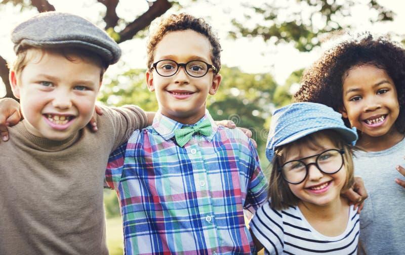 Glückliche Kinder im Park stockbild