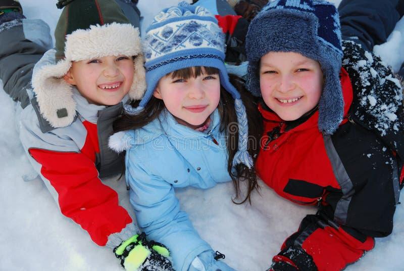 Glückliche Kinder im Winter stockbilder