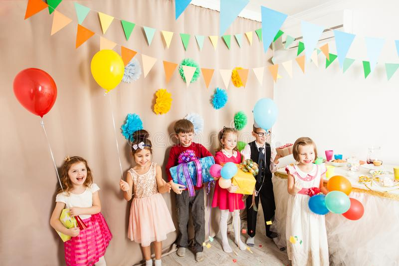 Glückliche Kinder kamen zur Geburtstagsfeier lizenzfreie stockfotos