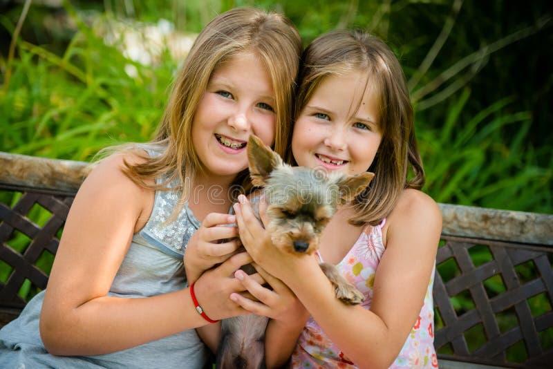 Glückliche Kinder mit ihrem Haustier stockbild