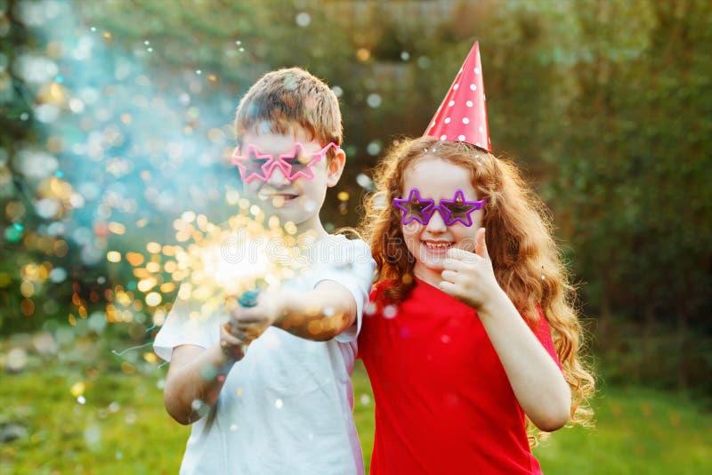 Glückliche Kinder mit Parteipopkornmaschine mit Konfettis Kreatives invitat lizenzfreies stockfoto