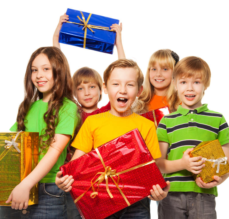 Glückliche Kinder mit Weihnachtsgeschenken lizenzfreies stockbild