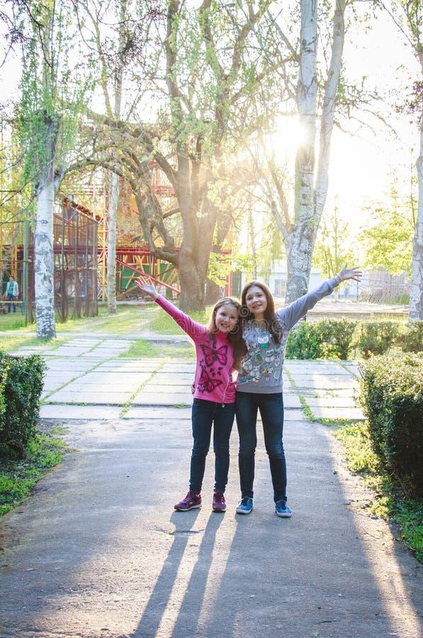 Glückliche Kinder in Natur 2017 stockbilder