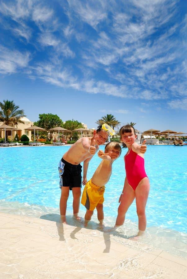 Glückliche Kinder am Pool stockfoto