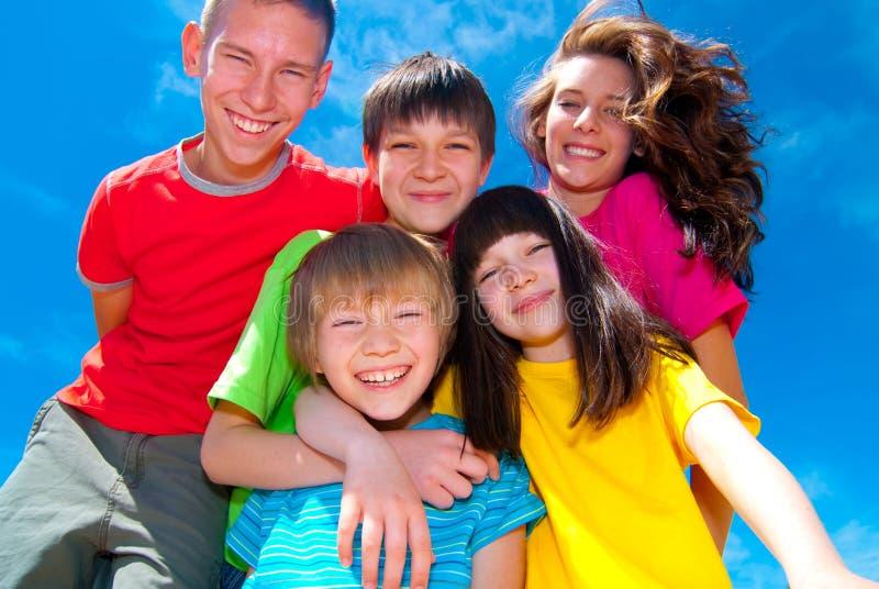 Glückliche Kinder unter blauem Himmel stockbild