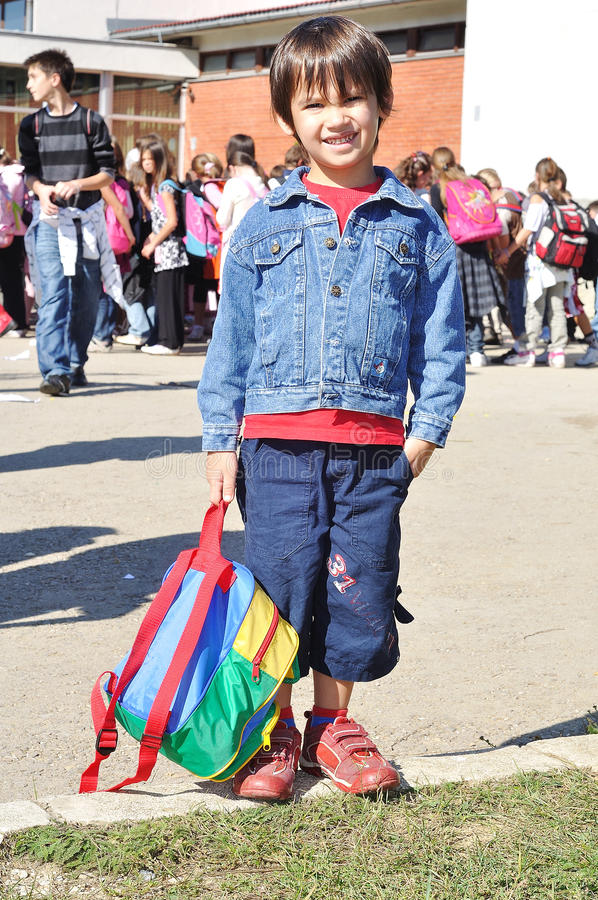 Glückliche Kinder vor der Schule stockbild