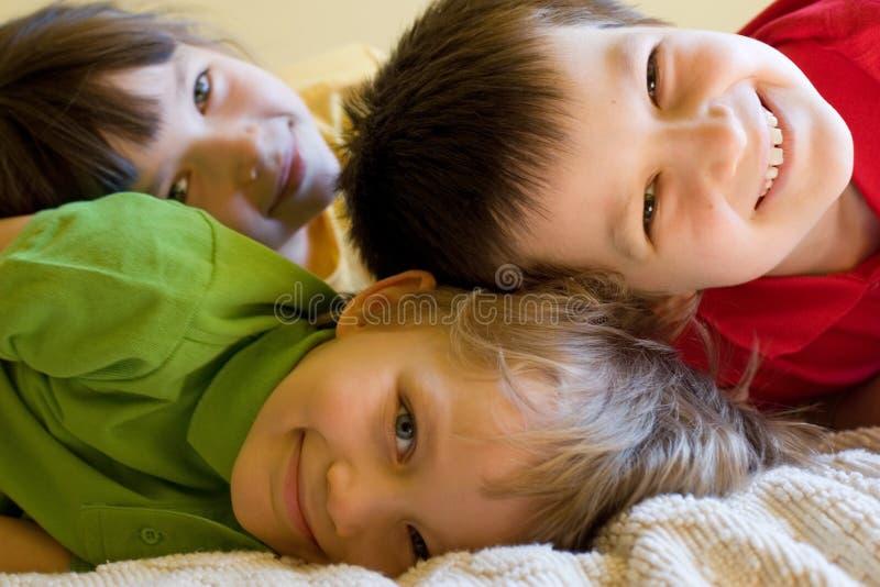 Glückliche Kinder zu Hause lizenzfreies stockbild