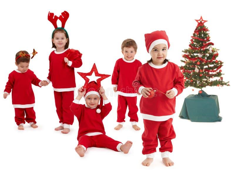 Glückliche kleine Kinder im Sankt-Kostüm stockfotos