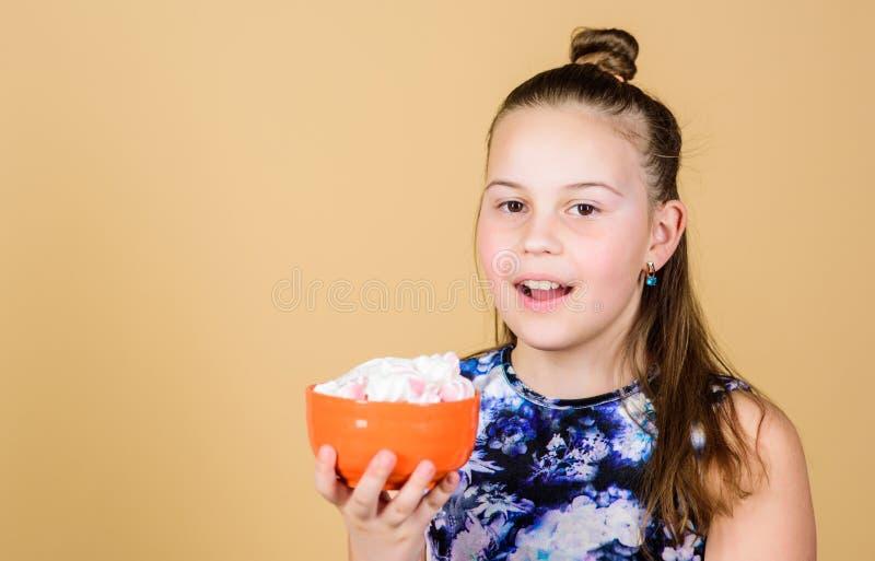 Glückliche kleines Kinderliebeseibischbonbons und -festlichkeiten eibisch Der S??igkeits-Shop N?hren und Kalorie Schleckermaulkon lizenzfreie stockfotos