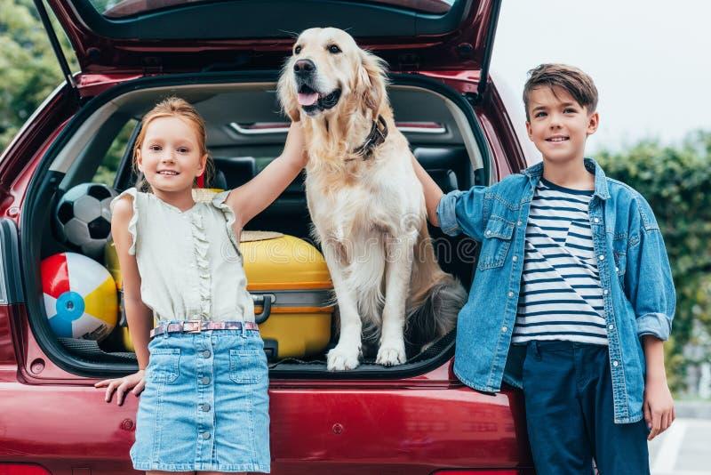 glückliche Kleinkinder mit nettem Hund lizenzfreies stockbild