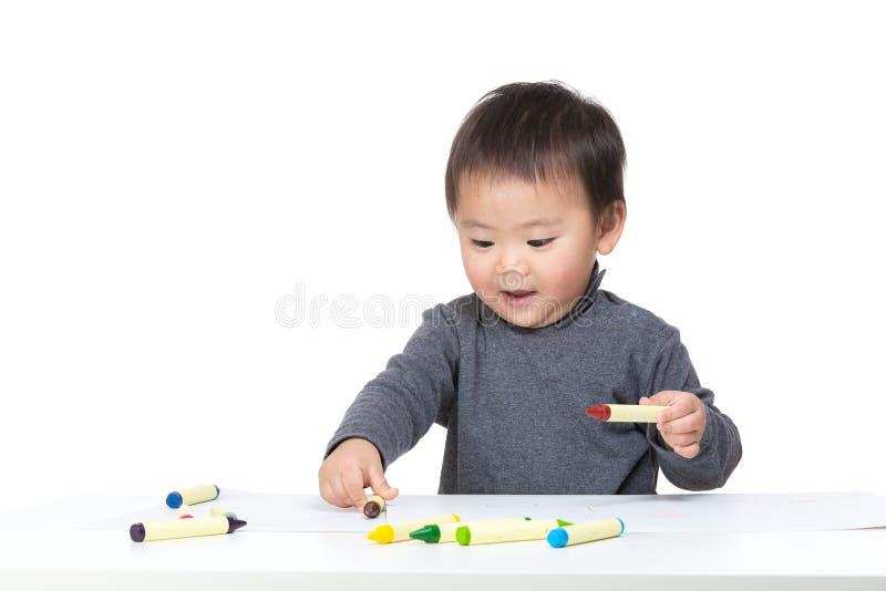 Glückliche Kleinkindjungenzeichnung lizenzfreie stockfotos