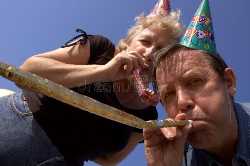 Glückliche Krachmacher auf der Party stockbilder