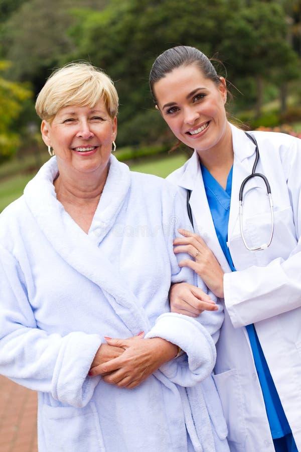 Glückliche Krankenschwester und älterer Patient lizenzfreies stockbild