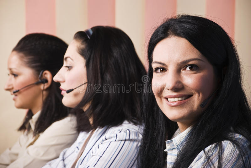 Glückliche Kundendienstfrauen geben Informationen stockfotografie