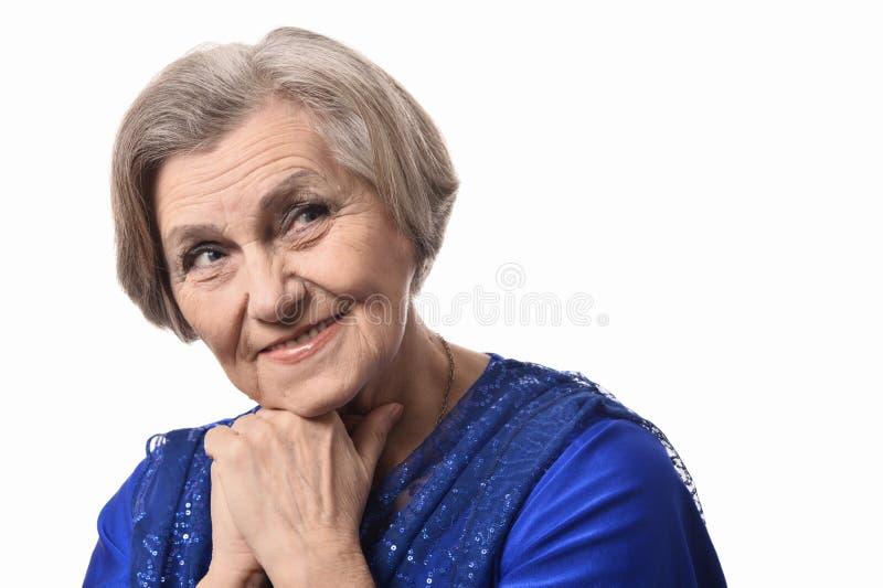 Glückliche lächelnde ältere Frau im eleganten Kleid stockfotografie