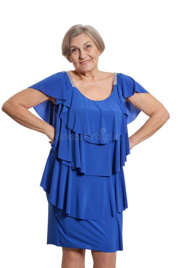 Glückliche lächelnde ältere Frau im eleganten Kleid lokalisiert lizenzfreies stockfoto