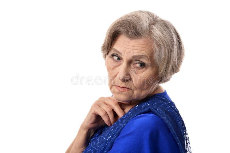 Glückliche lächelnde ältere Frau im eleganten Kleid lokalisiert lizenzfreie stockfotos