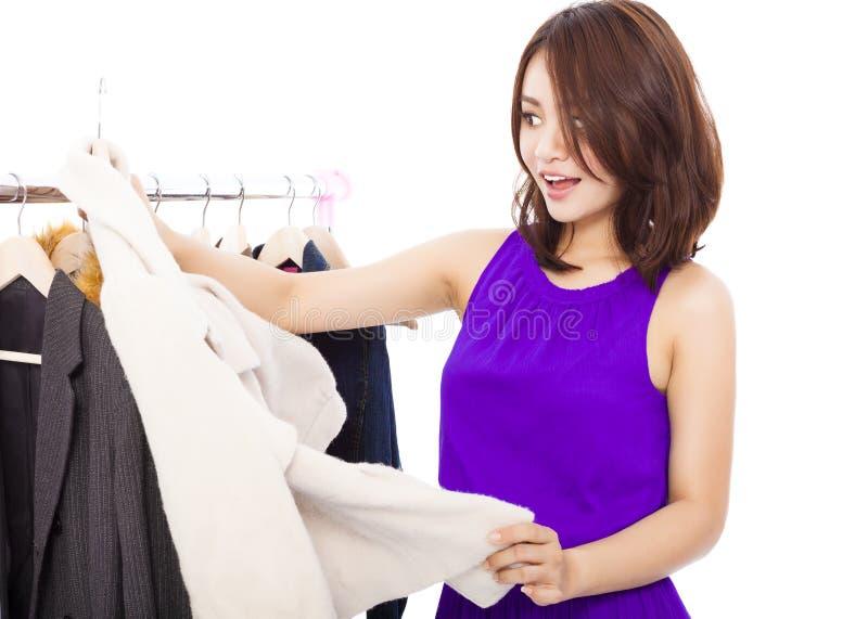 Glückliche lächelnde asiatische Fraueneinkaufskleidung lizenzfreies stockbild